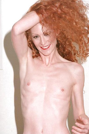Flat chested nude selfie