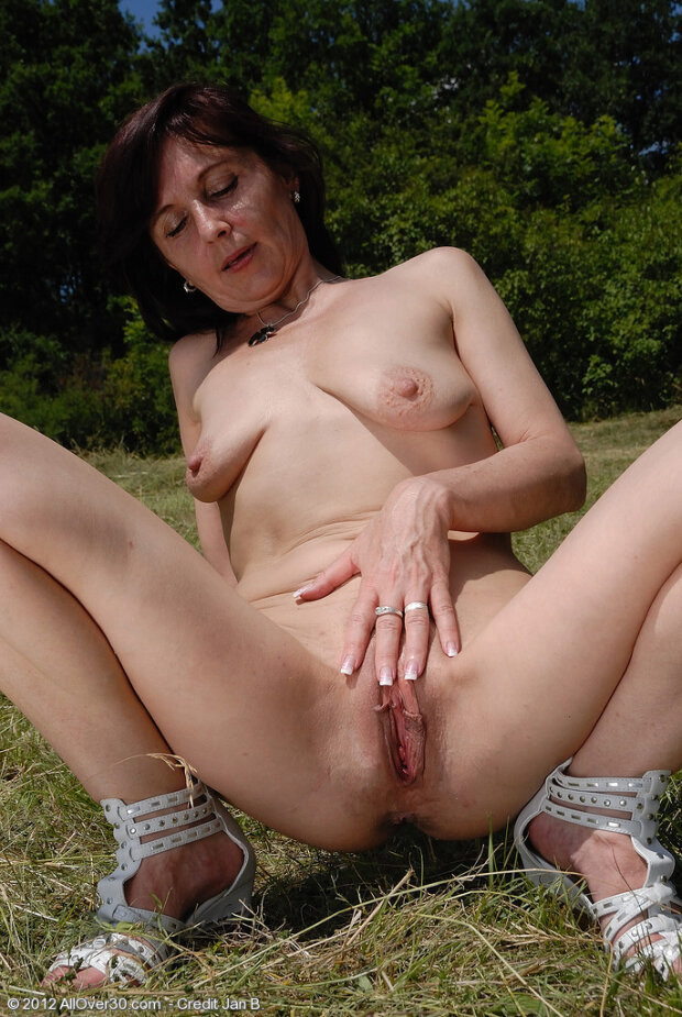 Mature pussy outdoor